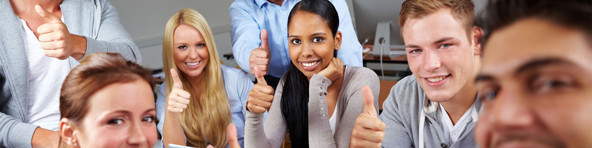 jovenes-sonriendo-estudiando